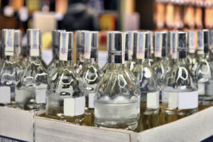 Можно ли хранить водку в пластиковой бутылке и как правильно